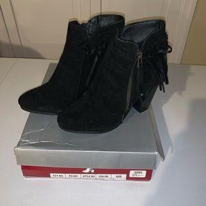 NIB Breckelle's black faux suede booties w/fringe